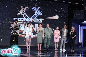Mặc đồ lạc tone với Hari Won, Trấn Thành ngậm ngùi nhìn vợ sánh đôi cùng S.T Sơn Thạch