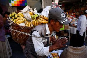 Người dân Bolivia xếp hàng mua thực phẩm sau khi Tổng thống từ chức
