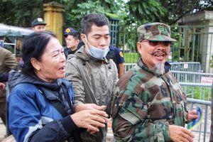 Cò khoác tay, năn nỉ thương binh bán lại vé trận Việt Nam - Thái Lan