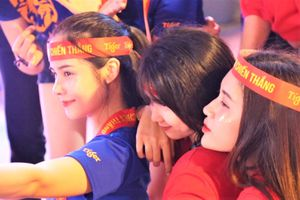 Phố đi bộ Nguyễn Huệ như có lễ hội trước trận Việt Nam - Thái Lan