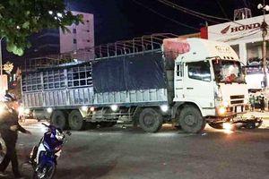 Xe tải 'ủi bay' nhiều xe máy, ít nhất 3 người thương vong