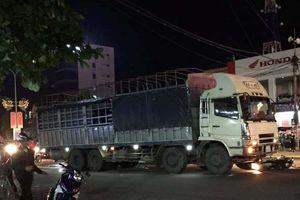 Xe tải đâm phương tiện dừng đèn tín hiệu khiến 2 người thương vong