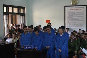 Huế: Ném bom xăng rồi dùng dao chém nhau loạn xạ, nhóm thanh niên lĩnh hơn 137 năm tù
