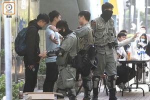 Sáng nay 400 học sinh và sinh viên cố thủ trong Đại học Bách Khoa Hồng Kông ra đầu hàng cảnh sát, 'nút thắt' nơi 'chiến trường chính' đang được tháo gỡ?