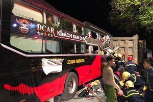 Giải cứu 3 nạn nhân mắc kẹt trong xe khách