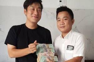 Chủ nhà hàng cất giùm gần 1.6 tỷ đồng rồi trao trả cho du khách Hàn Quốc