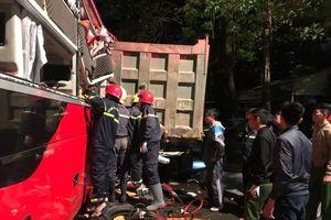 Huy động 20 cán bộ, chiến sĩ cảnh sát nỗ lực cứu 3 người bị kẹt trong xe khách