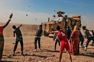 Thiết giáp Nga bị người Kurd ném bom xăng khi tuần tra cùng Thổ Nhĩ Kỳ