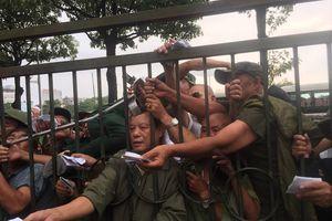 Thương binh leo rào, xô đẩy tranh vé trận Việt Nam - Thái Lan