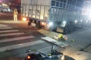 Xe tải biển số Lào tông liên hoàn, hai vợ chồng thương vong