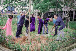 Đại học ở Huế không nhận hoa ngày 20/11, tặng cây cho cựu giảng viên