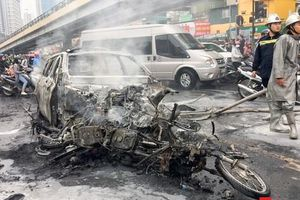 Hà Nội: Xe sang Mercedes vượt đèn đỏ, đâm liên hoàn khiến 1 người tử vong