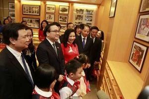 Bí thư Thành ủy Hà Nội chúc mừng thầy cô trường tiểu học Thăng Long nhân 90 năm thành lập