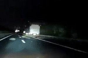 Tránh bao tải giữa cao tốc, ôtô tông đuôi xe tải