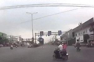 Đôi nam nữ đi xe máy bị ôtô tông ngã ra đường