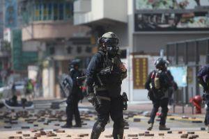 Cảnh sát Hong Kong lần đầu triển khai súng máy răn đe người biểu tình
