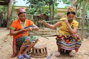Người Khơ Mú trình diễn âm nhạc tại Hà Nội