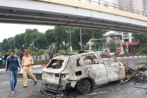 Hà Nội: Tai nạn giao thông nghiêm trọng khiến 1 người tử vong tại chỗ, Mercedes cháy rụi