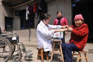 Cảm phục nghị lực của bác sĩ khuyết tật, 15 năm cần mẫn chưa bệnh cho người nghèo vùng cao