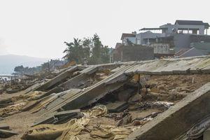 Bờ kè 'chục tỷ' bị sóng đánh tan nát: Bê tông đổ sập lộ nhiều đoạn không sắt