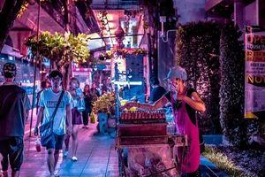 Cuộc sống đường phố Bangkok về đêm qua bộ ảnh neon ấn tượng