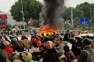 Tai nạn ở Cầu Giấy, Hà Nội: Người phụ nữ bị cuốn gầm ô tô bốc cháy tử vong