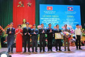Trường Đại học Vinh đón nhận Huân chương Lao động hạng Ba của Nhà nước Lào