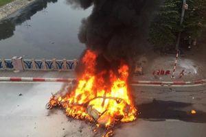 Khoảnh khắc Mercedes bốc cháy ngùn ngụt giữa phố Hà Nội