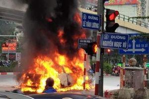 Mercedes va chạm rồi bốc cháy, một phụ nữ tử vong
