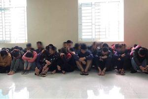 200 cảnh sát ập vào sới bạc có nhiều 'quý bà'