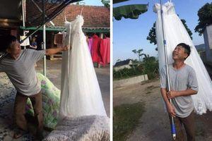 Kiếm được con rể, ông bố mang váy cưới đi khoe khắp làng