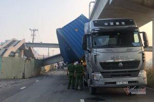 Cầu bộ hành bị xe container kéo sập, sẽ nâng cầu cho đủ chiều cao