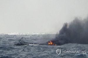 Đỏ mắt ngóng tin 5 người thân mất tích vụ cháy tàu cá ngoài khơi Hàn Quốc