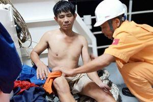 Xuyên đêm cứu nạn 11 thuyền viên đang hoảng loạn trên tàu sắp chìm