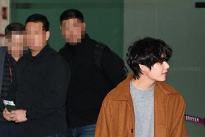 BTS khoe mặt mộc đẹp tựa nam thần truyện tranh tại sân bay!