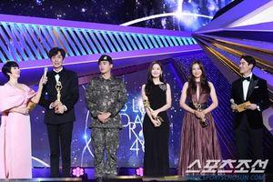 'Rồng Xanh 2019': Park Hyung Sik mặc quân phục, cùng Yoona - Lee Kwang Soo nhận giải thưởng