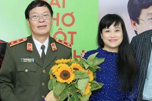 Nhà thơ Hữu Ước hát xẩm cùng Mai Tuyết Hoa trên sân khấu