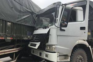 'Hổ vồ' sang đường, húc trúng xe container trên Quốc lộ 5