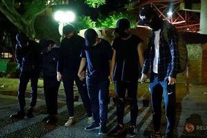 Gần 10 người biểu tình rời đại học Hong Kong, đầu hàng cảnh sát