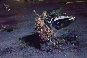 Tông ô tô container, xe máy nát bét, 2 thanh niên chết thảm