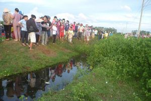 Người dân phát hiện thi thể đàn ông cùng chiếc xe máy dưới mương nước