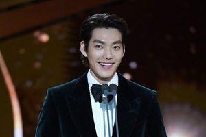 Kim Woo Bin xuất hiện tươi tắn, cực điển trai trên sân khấu lễ trao giải Rồng Xanh