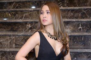 'Gái nhảy' Minh Thư mặc hở ngực trên thảm đỏ LHP 2019