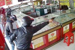Bắt giữ hai nghi phạm cướp tiệm vàng