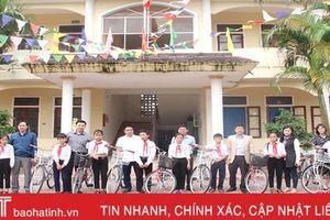 Hội đồng hương xứ Nghệ ở Hải Phòng và Báo Hà Tĩnh trao tặng xe đạp cho học sinh vùng thượng Kỳ Anh