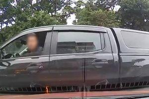 Clip: Phẫn nộ trước cảnh tài xế ô tô nhổ nước bọt dằn mặt ô tô khác khi đang quay đầu