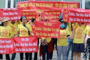 Gần 100 người dân treo băng rôn, đòi tiền mua nhà dự án Asa Light ở TP.HCM