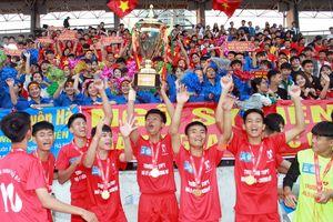 Cầu thủ trường Ngô Sỹ Liên phấn khích nâng cao cúp vàng