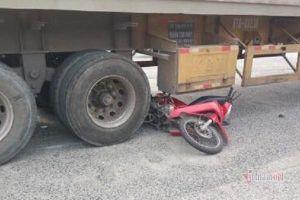 Xe máy chạy nhầm đường, đôi vợ chồng kẹt cứng dưới gầm container