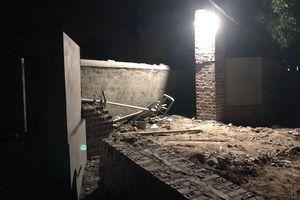 Sập mái cổng nhà đè chết 2 người ở Quảng Ninh